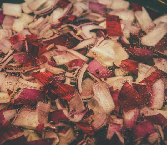 Rote Zwiebeln kochen im Kokosöl.