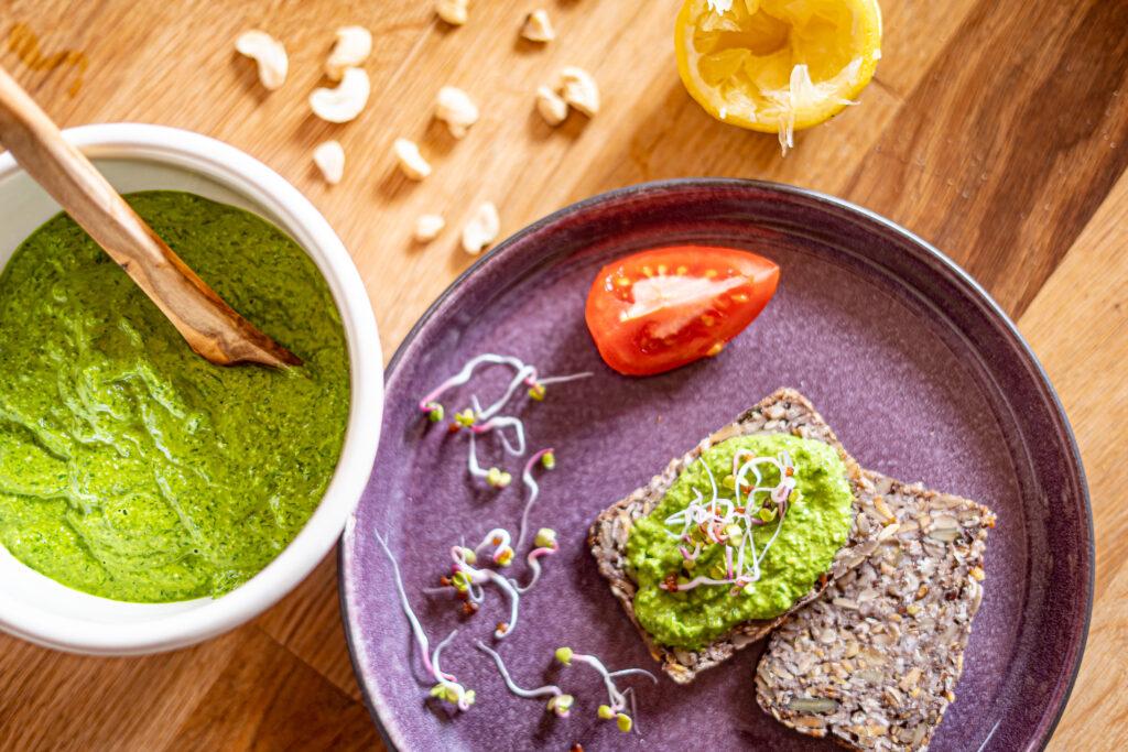 Unser frisches, veganes Bärlauch-Pesto auf frischem Brot