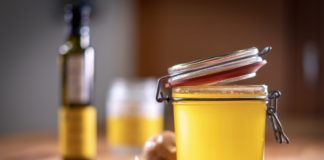 Ein Glas mit golden leuchtendem Oelolux