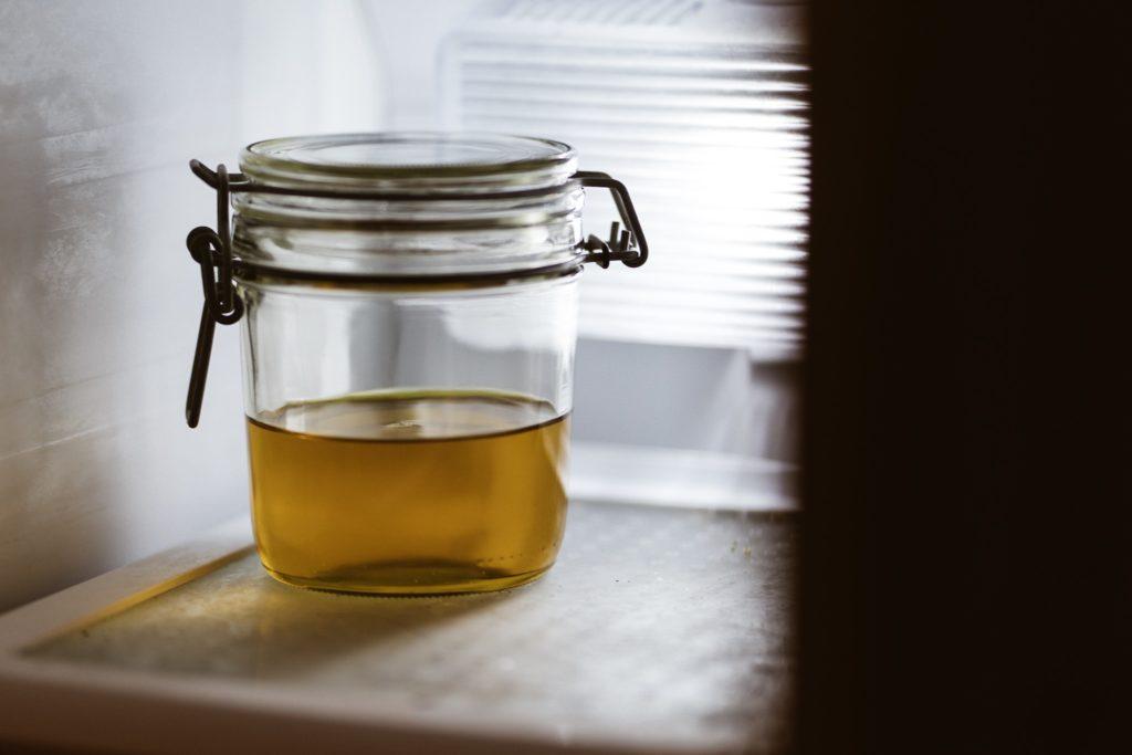 Glas mit Leinöl im Tiefkühlschrank