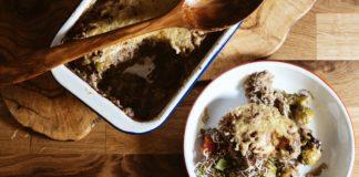 Rosenkohl-Auflauf in der Auflaufform und davor ein Teller mit dem leckeren Auflauf