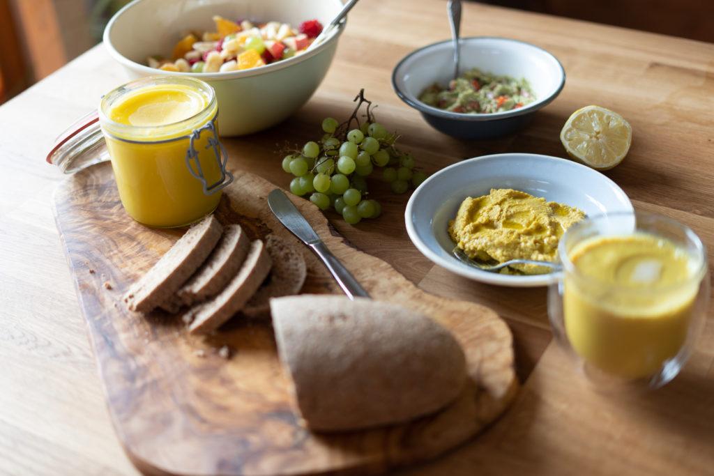 Veganes Frühstück: Frisches Brot, frisches Gemüse und Obst