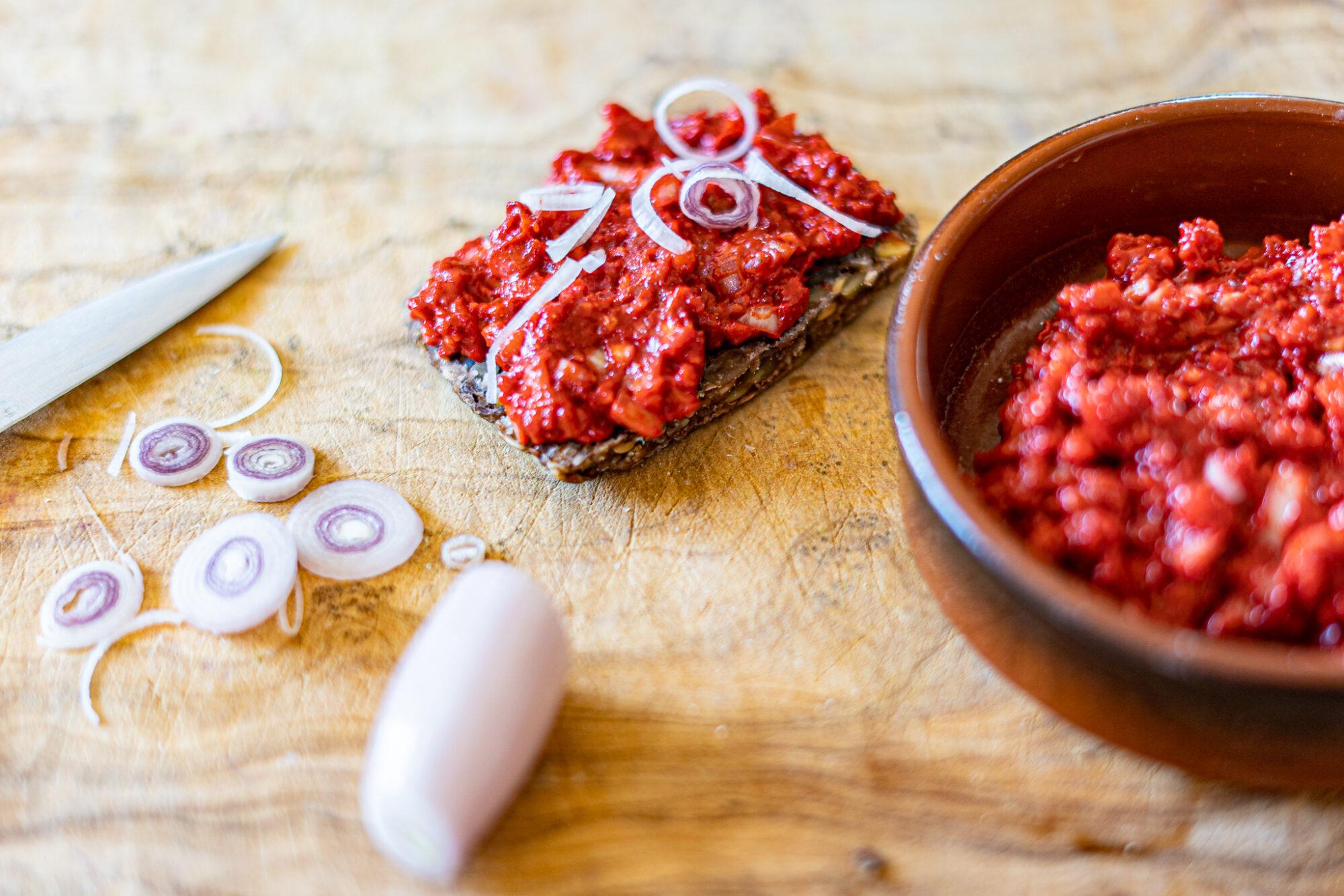 veganes hack auf Brot mit zwiebeln